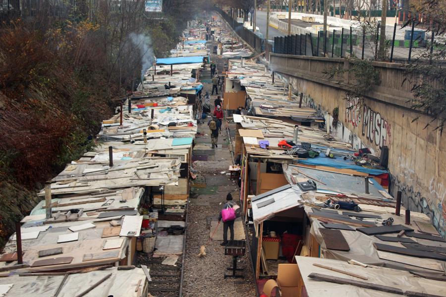 Roma Camp Petite Ceinture Paris - Photo by Leopold Lambert (2)